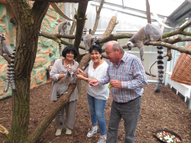 Gerda Hoppe und Anita Anspach-Olfers mit Zoo-Direktor Matthias Schmitt